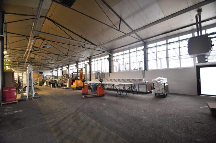Produktionshalle mit modernem Büro